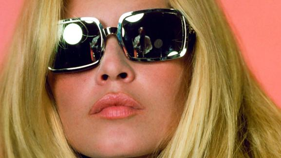 Brigitte Bardot con gafas cuadrangulares