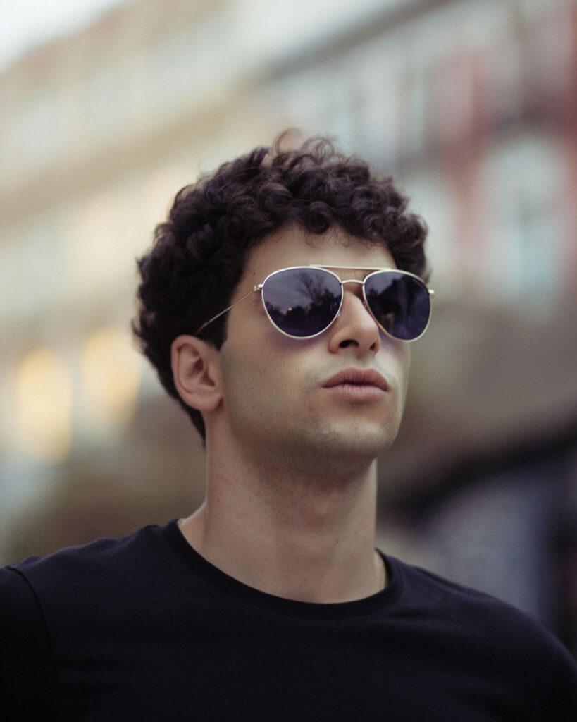 chico con gafas polarizas