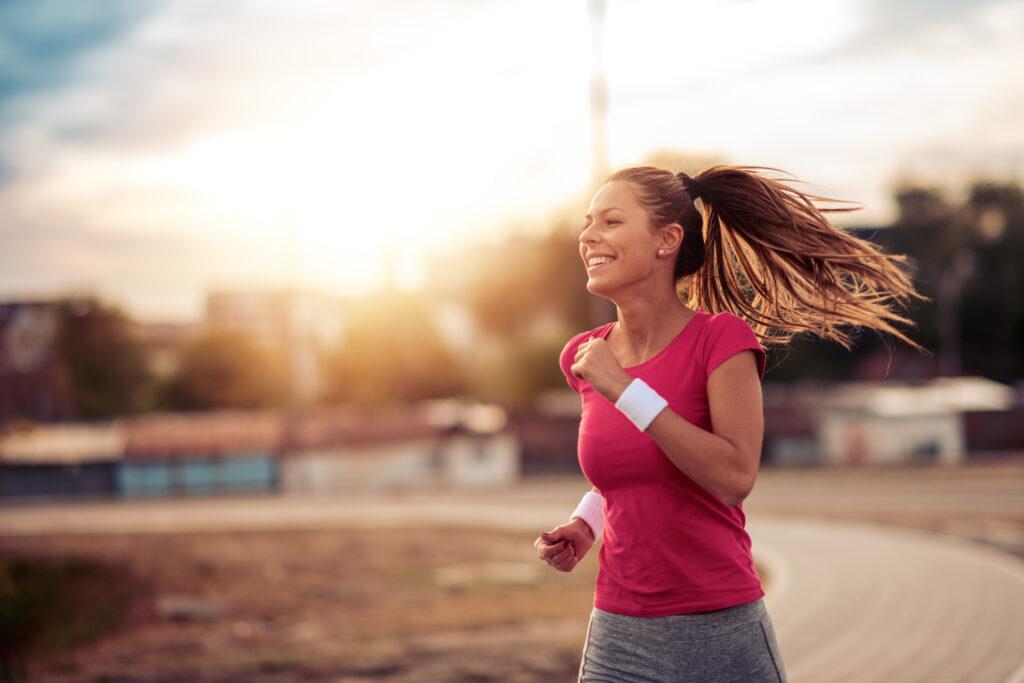 chica corriendo en el parque