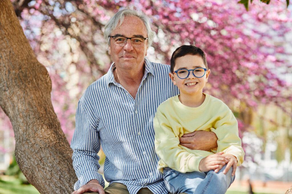 abuelo y niño con gafas graduadas