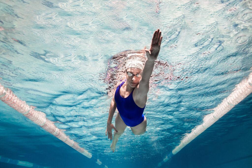chica nadando en una piscina