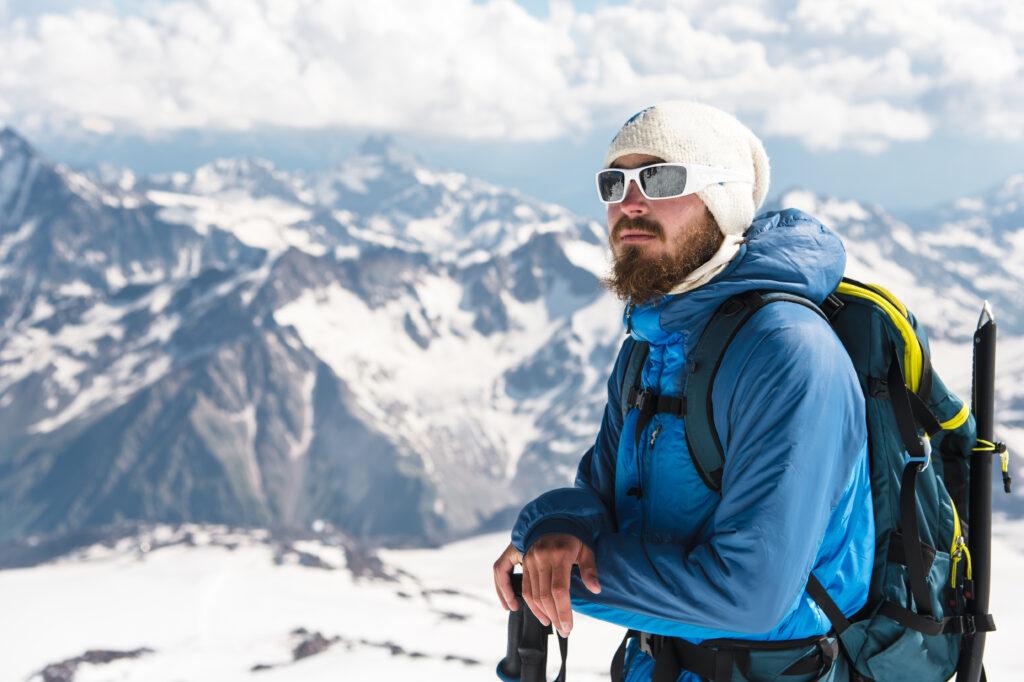 deportista haciendo esquí con gafas