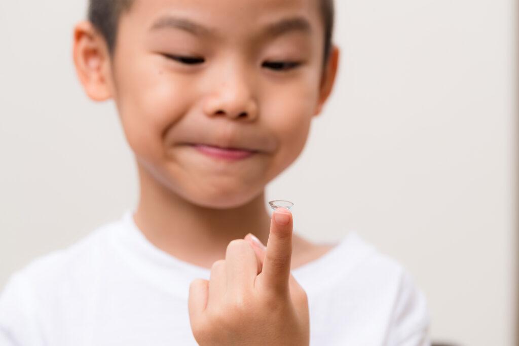 niño con lentes de contacto