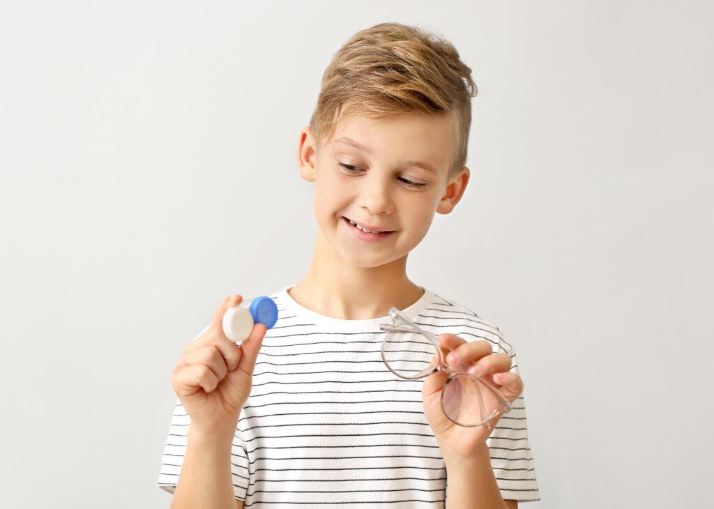 niño utilizando lentillas