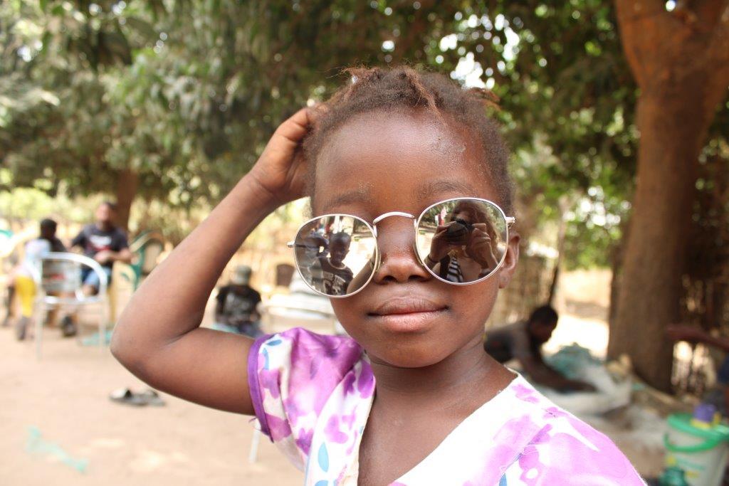 Chica con gafas gratis de nuestra óptica