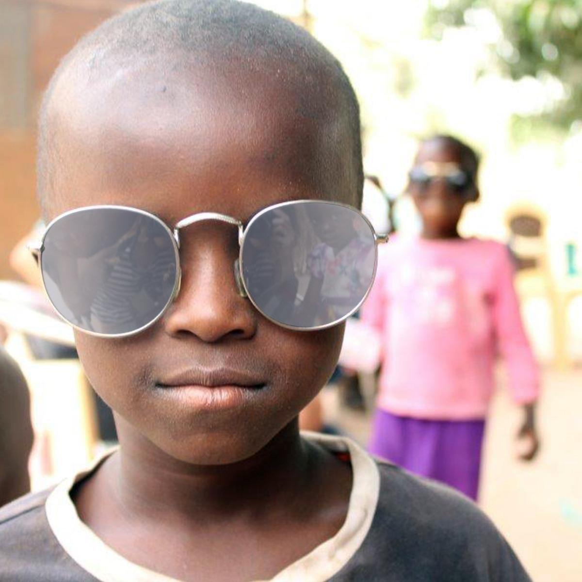 Chico con gafas gratis de nuestra óptica